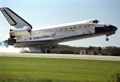 航天飞机的外部燃料箱在起飞前