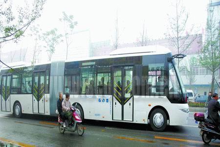 成都最新的公交连体拖车 建议洛阳上这种公交车高清图片