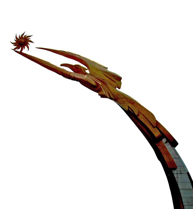 金碧辉煌的太阳鸟雕塑