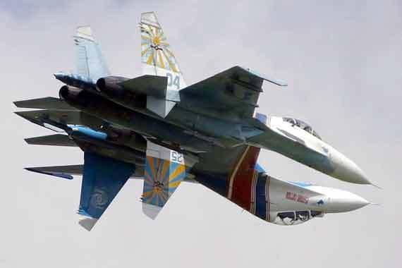 勇士飞行表演队的飞机颜色与俄罗斯国旗颜色一致.
