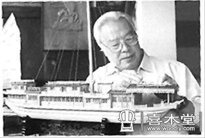 他创作的木雕船模作品