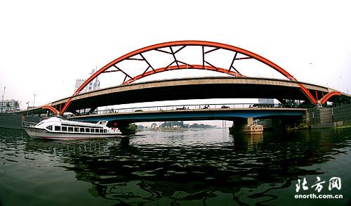 双层拱桥 造型新颖 金钢桥