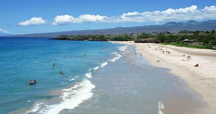 园内林木茂密,海水洁净,滩平沙细,集蓝天,碧海,绿树,金沙滩,是北方一