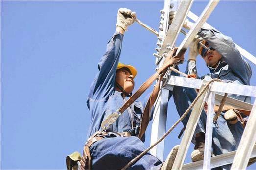 人员在检修输电线路